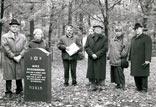 Einweihung eines neuen Grabsteins auf dem jüdischen Friedhof für Max Rosenbaum. V. l. J. Vrenegor, R. Helferich, W. Stegemann, B. Winkel, Hr. Rosenbaum, E. Cosanne-Schulte-Huxel, BM H. Ritter