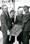 F.-J- Kuhn stiftet das Bronzerelief Auschwitz von Sr. Paula; F.-J. Kuhn, Chr. Winkel, Sr. Paula OSU, W. Stegemann (v. l.)