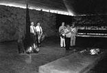 Niederlegen eines Kranzes in der Gedenkhalle von Yad Vashem in Jerusalem; Stadtdirektor Dr. Zahn, BM H. Ritter, W. Stegemann (für Freundeskreis), Moshe Meushar, Vertreter der Stadtverwaltung Hod Hasharon (v. l.)